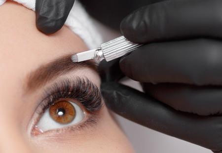 Photo pour Permanent makeup eyebrows. - image libre de droit