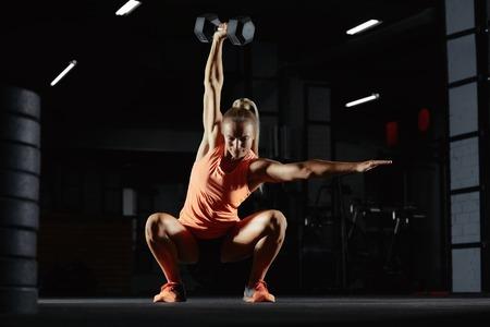 Foto de Female crossfit athlete exercising - Imagen libre de derechos
