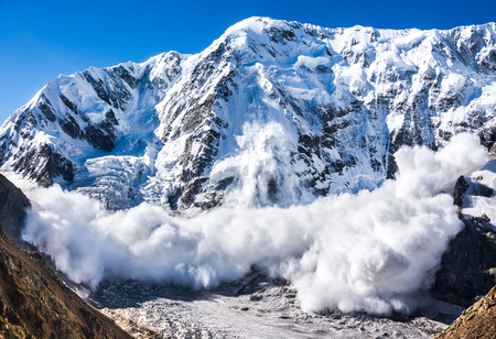 Photo pour avalanche from Shkhara mountain, Russia, Caucasus - image libre de droit