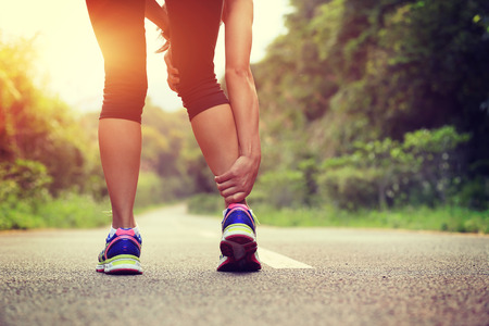 Photo pour woman runner hold her sports injured leg - image libre de droit