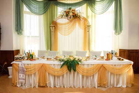 Photo pour festive table for the bride and groom decorated with cloth and flowers in wedding day - image libre de droit