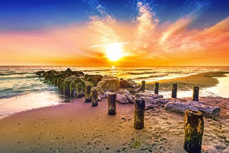 Photo pour Colourful sunset on a beach. - image libre de droit