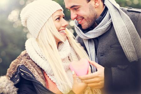 Foto de A picture of a young happy couple holding heart - Imagen libre de derechos