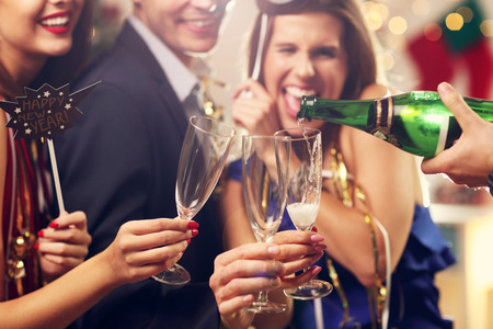 Photo pour Picture showing group of friends celebrating New Year - image libre de droit