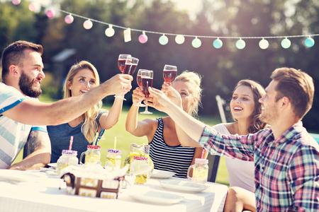 Foto de Friends having barbecue party in backyard - Imagen libre de derechos