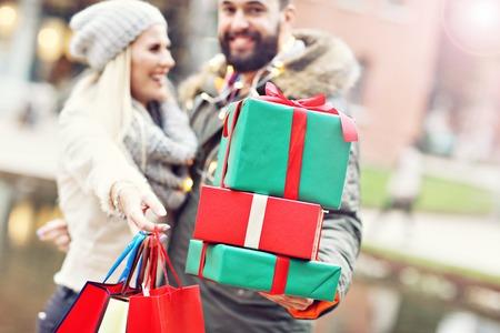 Foto de Picture of couple shopping for Christmas in the city - Imagen libre de derechos