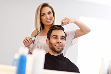 Photo pour Adult man at the hair salon - image libre de droit