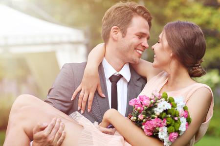 Foto de Beautiful wedding couple enjoying wedding - Imagen libre de derechos