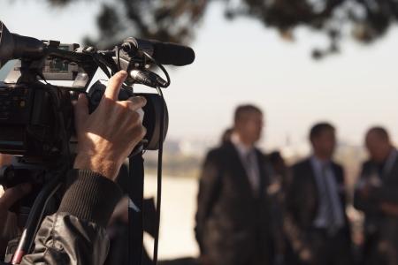 Foto de camerman covering an event with a video camera - Imagen libre de derechos