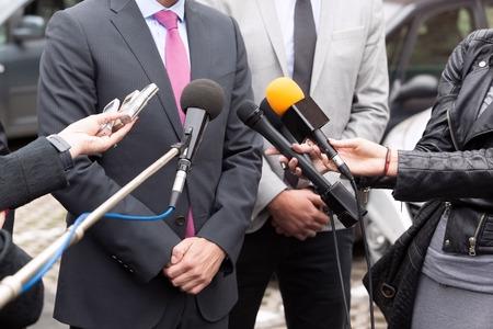 Foto de Journalists making media interview with businessperson or politician - Imagen libre de derechos