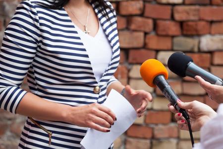 Foto de Journalists making media interview with woman - Imagen libre de derechos