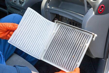 Photo pour Replacing an old car cabin air filter - image libre de droit