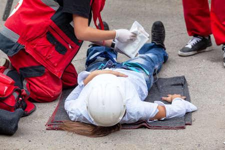Photo pour First aid after work accident - image libre de droit