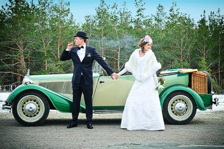 Foto de Newlyweds In Wedding Car - Imagen libre de derechos