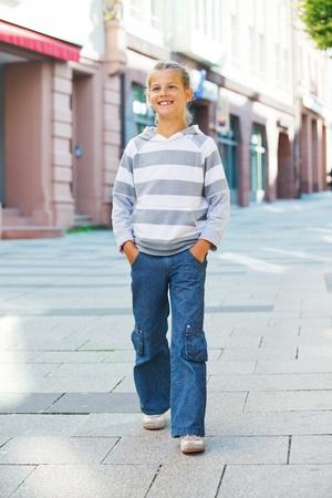 Photo pour Little Tourists walking in city. - image libre de droit