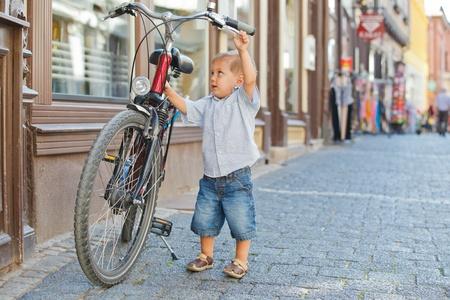 Photo pour cute little boy with big bike - image libre de droit