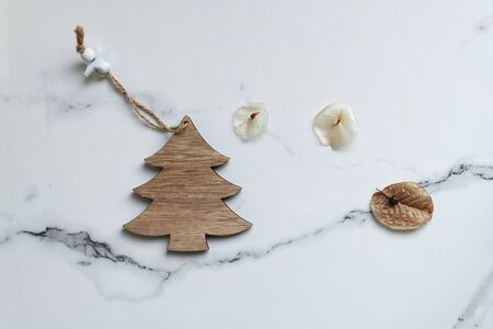 Photo pour flat lay wood craft Christmas tree with brown nature dry seed on grey marble background - image libre de droit