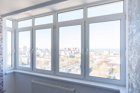 Photo pour View of new plastic windows in the apartment with new repairs - image libre de droit