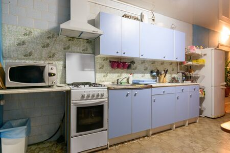 Photo pour outdated kitchen interior with a hundred finishes and a simple kitchen set - image libre de droit
