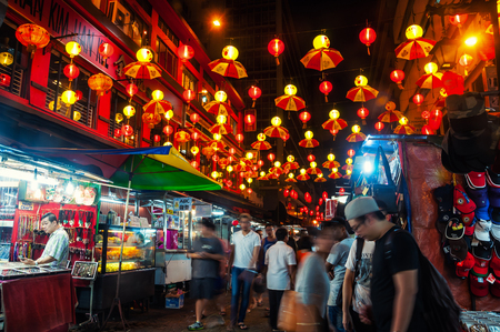 Photo pour KUALA LUMPUR, MALAYSIA - MAY 2, 2014: Entrance to petaling street - the center of Chinatown. Even at night it is full of people and has a lively market - image libre de droit