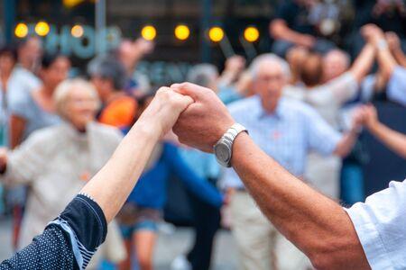 Photo pour View of senior people holding hands and dancing national dance Sardana - image libre de droit