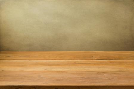 Photo pour Empty wooden table over grunge background - image libre de droit