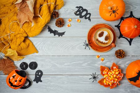 Photo pour Halloween holiday background with coffee cup, pumpkin and autumn leaves on wooden table. Top view from above. Flat lay - image libre de droit