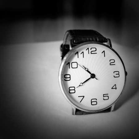 Foto de Retro analogous watch with silver white dial. - Imagen libre de derechos