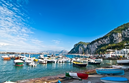 Photo pour Fishing boats in the bay on the island of Capri. - image libre de droit