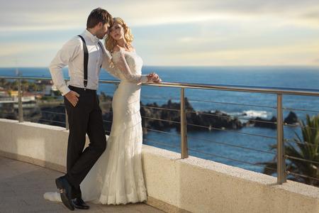 Foto de Romantic picture of the young marriage couple - Imagen libre de derechos