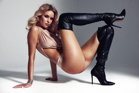 Foto de Art portrait of a sensual blond lady wearing black boots - Imagen libre de derechos
