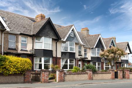Foto de English street of terraced houses, without parked cars. - Imagen libre de derechos