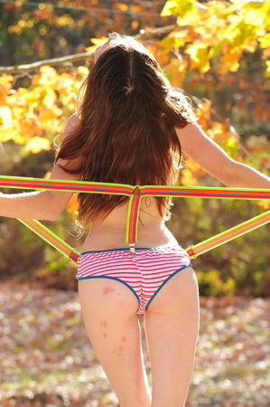 Photo pour Cute young naked woman in the woods - image libre de droit