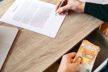 Photo pour Businessman giving money while making deal to agreement a real estate contract and financial corporate - image libre de droit