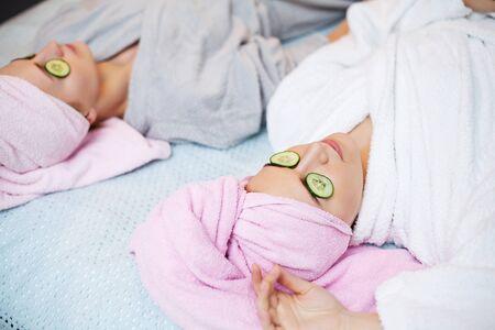 Photo pour Two pretty girls doing facial spa treatments - image libre de droit