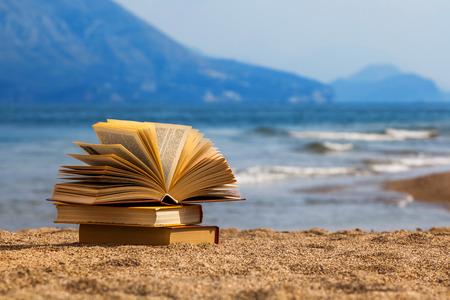Foto de Opened books on a beach - Imagen libre de derechos