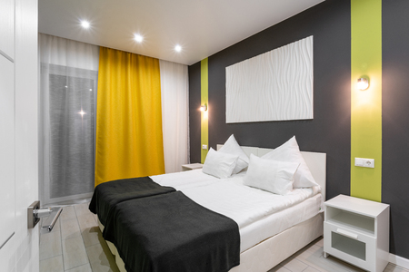 Photo pour Hotel standart room. modern bedroom with white pillows. simple and stylish interior. interior lighting - image libre de droit