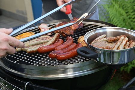 Photo pour Meat and sausages are fried on the grill. - image libre de droit