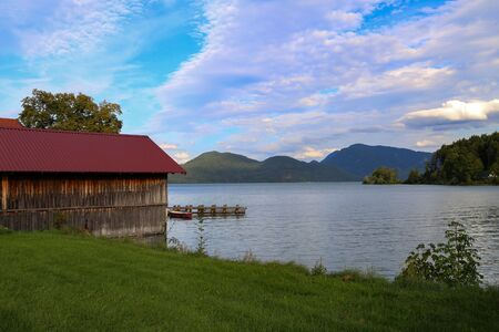 Photo pour Old fishing hut at the walchensee in germany - image libre de droit