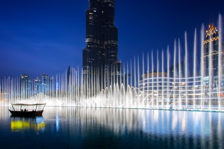 Foto de Beautiful view of Dubai downtown, UAE. Illuminated fountain at night - Imagen libre de derechos