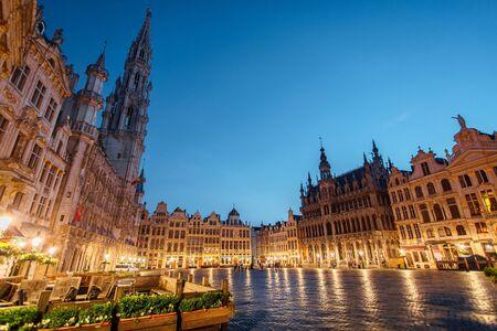 Foto de Central square near town hall in old town city of Brussels, Belgium at night - Imagen libre de derechos