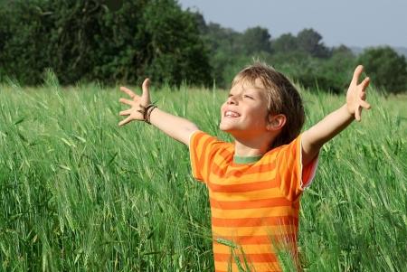 Photo pour happy smiling child arms raised in joy - image libre de droit