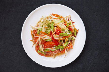 Photo pour Favorite Thai food, Som tam or papaya spicy mixed with Thai traditional ingredient sauce with chili, tomato, long bean, carrot. Famous food in Thailand. - image libre de droit