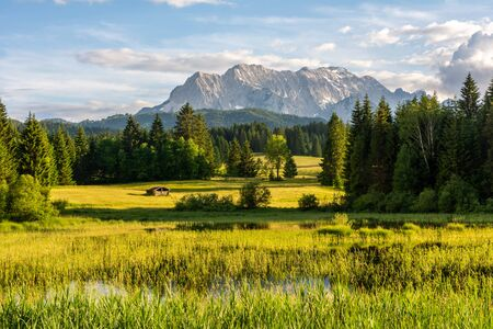 Photo pour The idyllic lake Tennsee in the Karwendel Mountains of the Bavarian alps. - image libre de droit