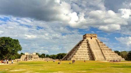 Photo pour Mayan pyramid of Kukulcan El Castillo in Chichen Itza, Mexico  - image libre de droit