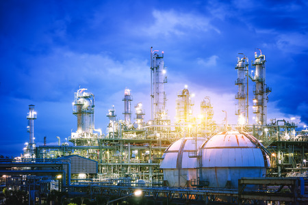 Photo pour Glitter lighting of petrochemical plant with twilight sky, Gas storage sphere tank in factory of petroleum industry plant - image libre de droit