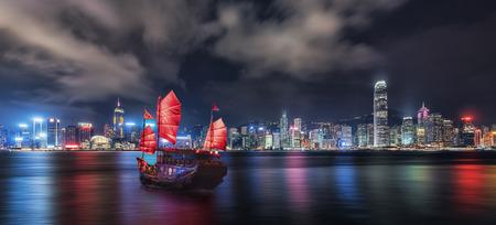 Photo pour Tourist junk crossing the victoria Harbor in Hong Kong - image libre de droit