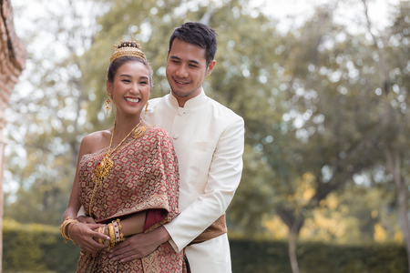 Foto de Happy Couples in Thai National Dress - Imagen libre de derechos