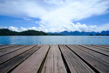 Photo pour Wooden platform floor with beautiful lake. tropical nature background. - image libre de droit