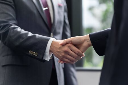 Foto de Handshake between a male businessman and a female businesswoman - Imagen libre de derechos